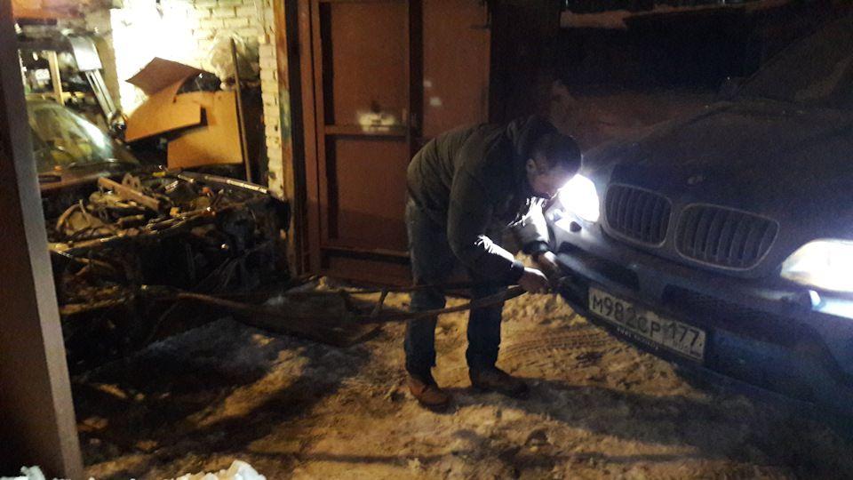 Предварительно машину вытаскиваем из гаража.