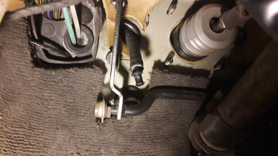 Трубка подачи тормозухи продета через уплотнительную резинку, начинаем ставить педальный узел.