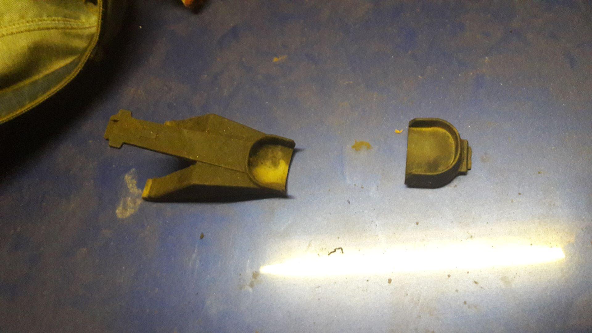 Вот левое и правое крепления радиатора по низу.