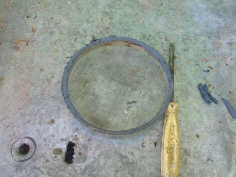 Очищаю стекло от герметика