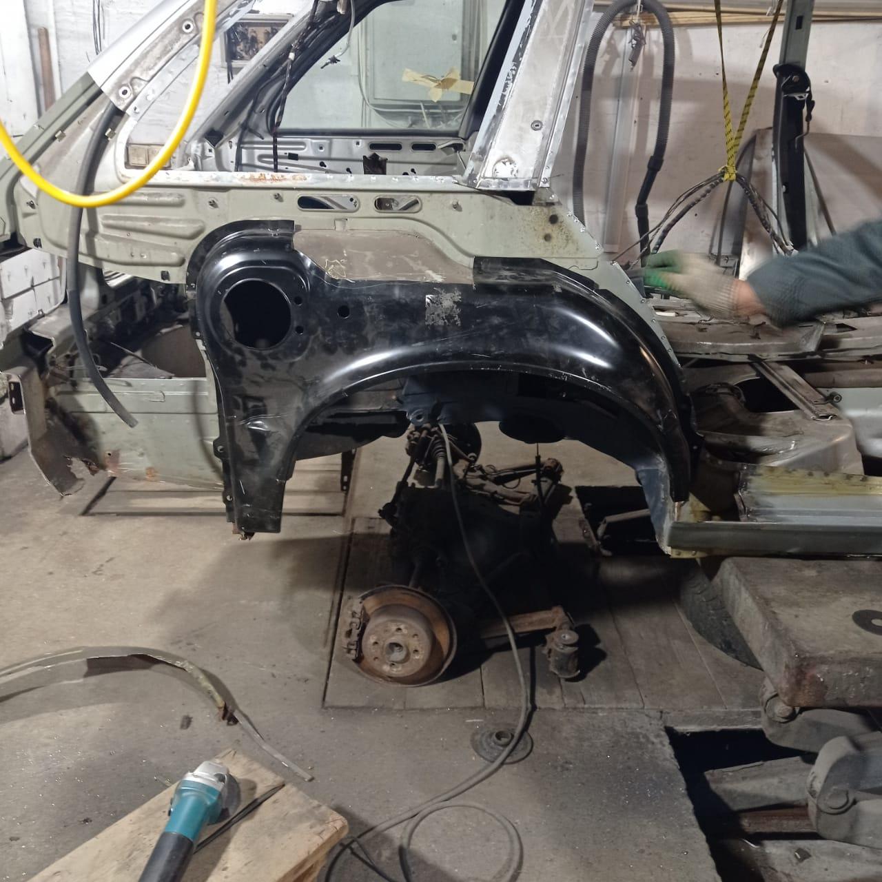 Подгоняем ремонтную арку. Верх оставили родной. У кабриолета он свой.
