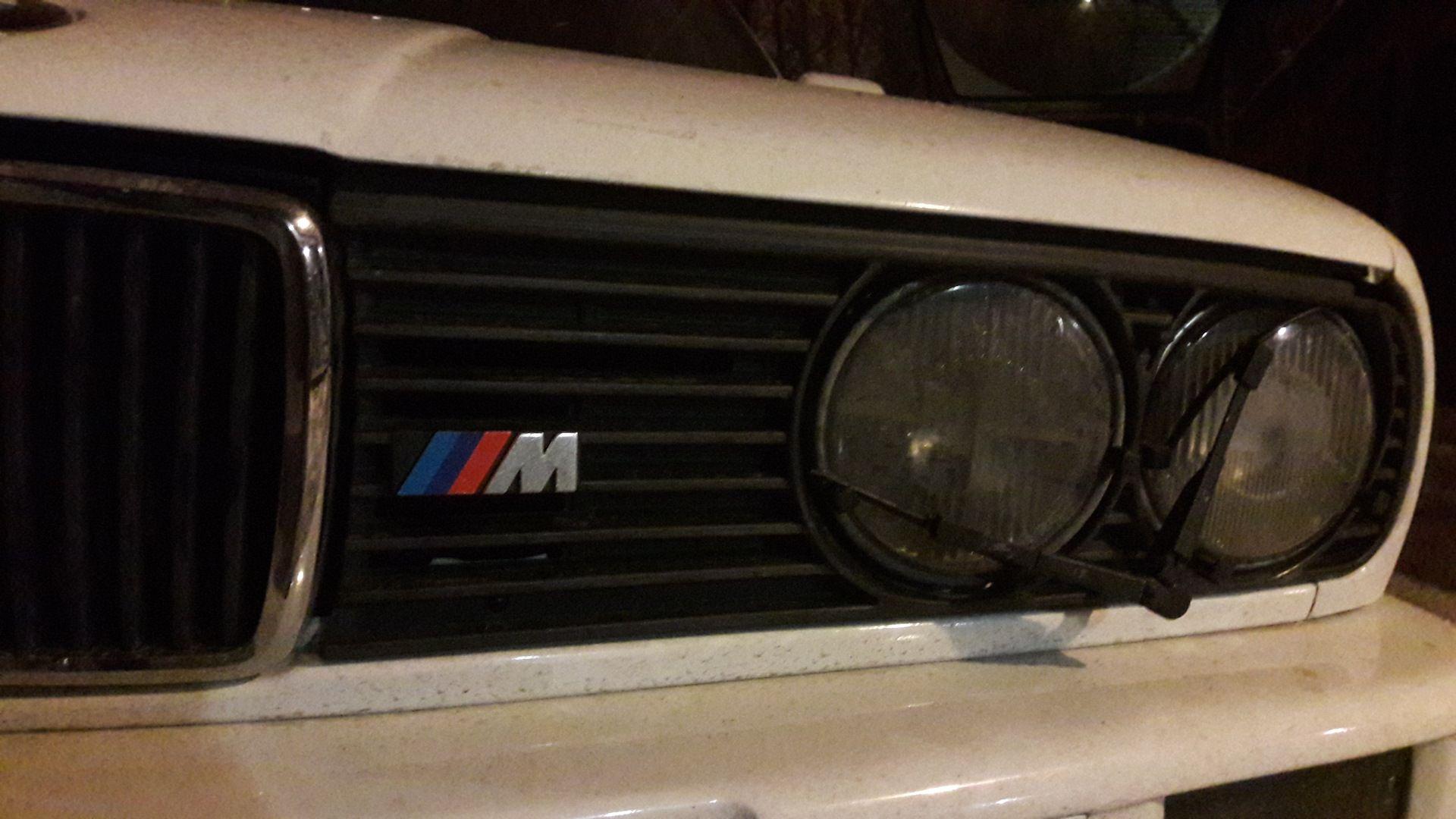 Логотип М ставился на авто с М пакетом, так что тут ему самое место.